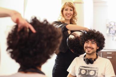 Homme chez le coiffeur