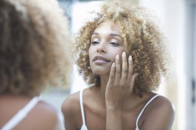 Femme observant sa peau