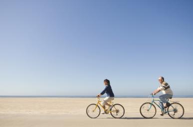 Homme femme roulant à vélo sur la plage
